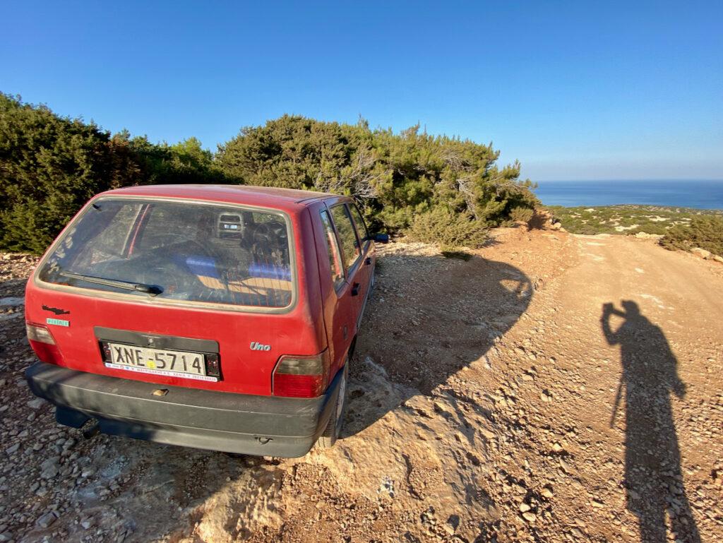 Fiat Uno parkt am Rand der Schotterpiste