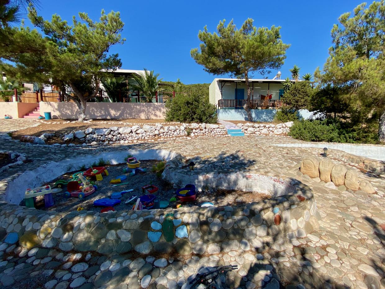 Blick vom Garten auf die Zimmer der Unterkunft Metochi Gavdos