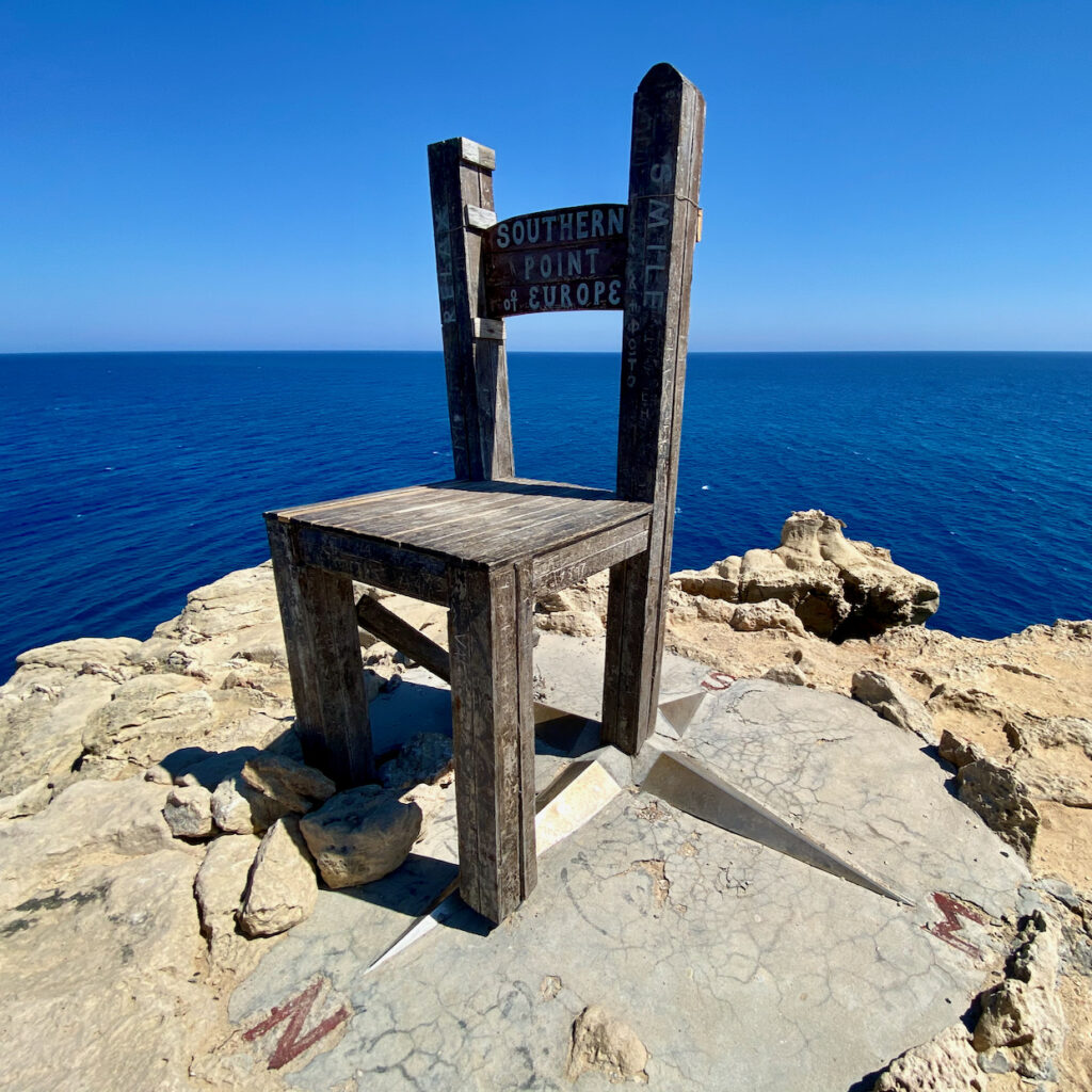 Stuhl und Kompassrose am Kap Tripiti
